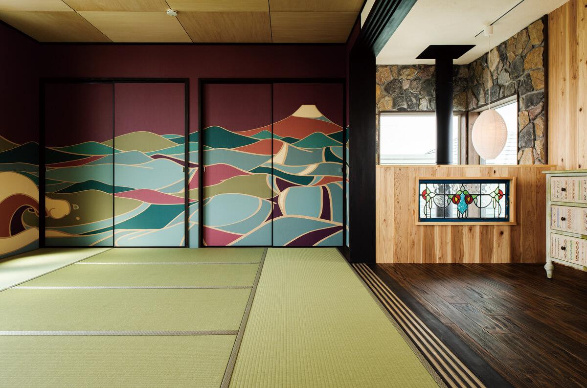 2階は板張りのフリースペースと畳敷きの大広間。襖と壁紙はインターネットで注文した