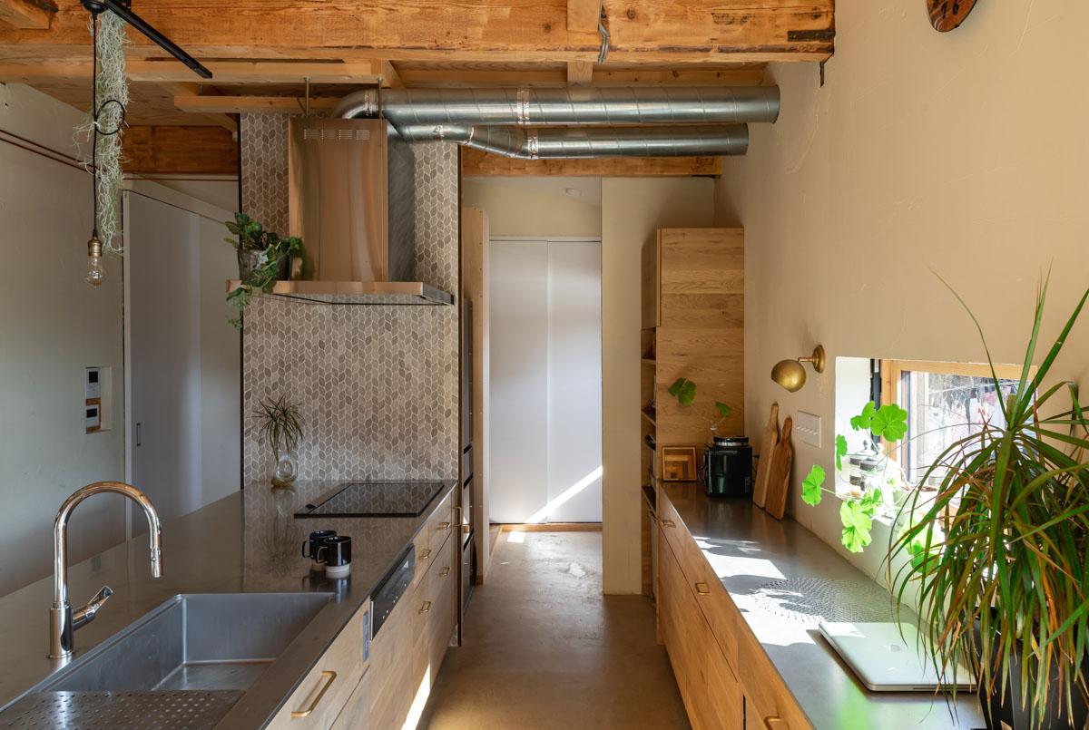 玄関からすぐつながるオープンなキッチン、背面の広いカウンターが使いやすい