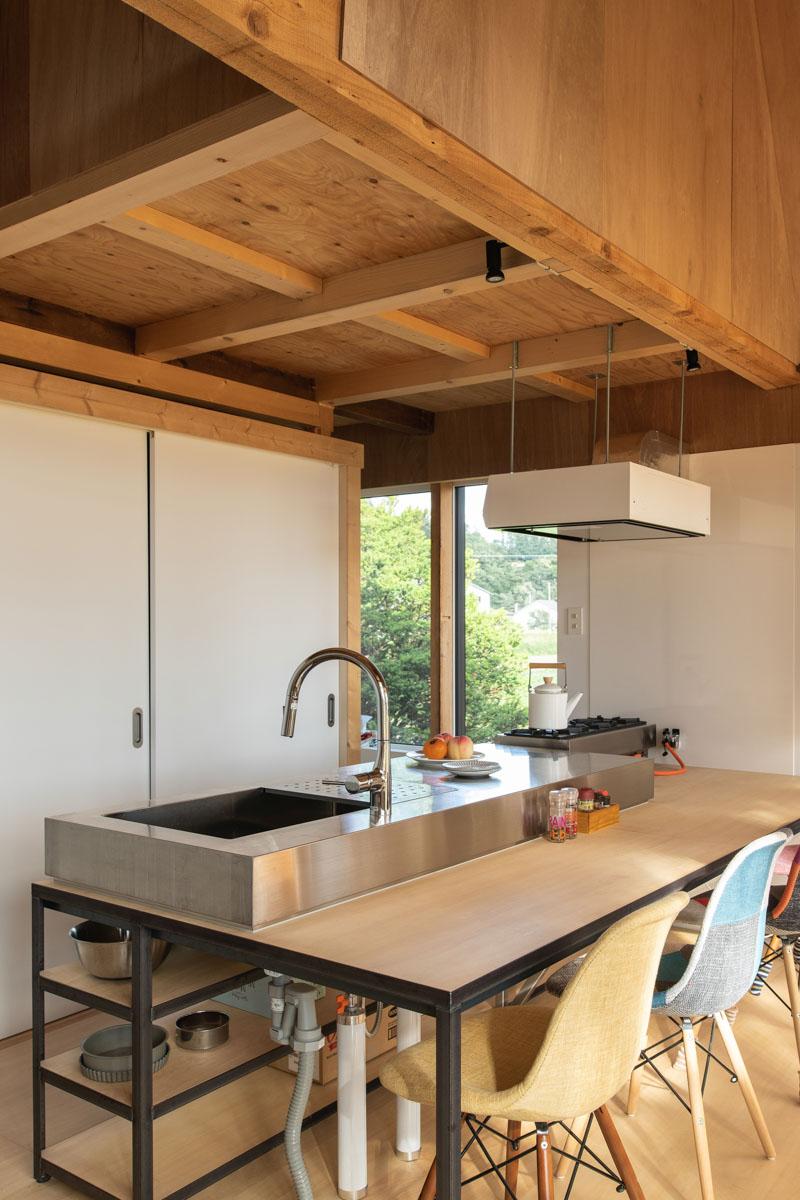 カウンター付きキッチンは、特注のアイアンフレームにシナベニアやステンレスシンクや天板を組み合わせた造作仕様のカウンター付きキッチン