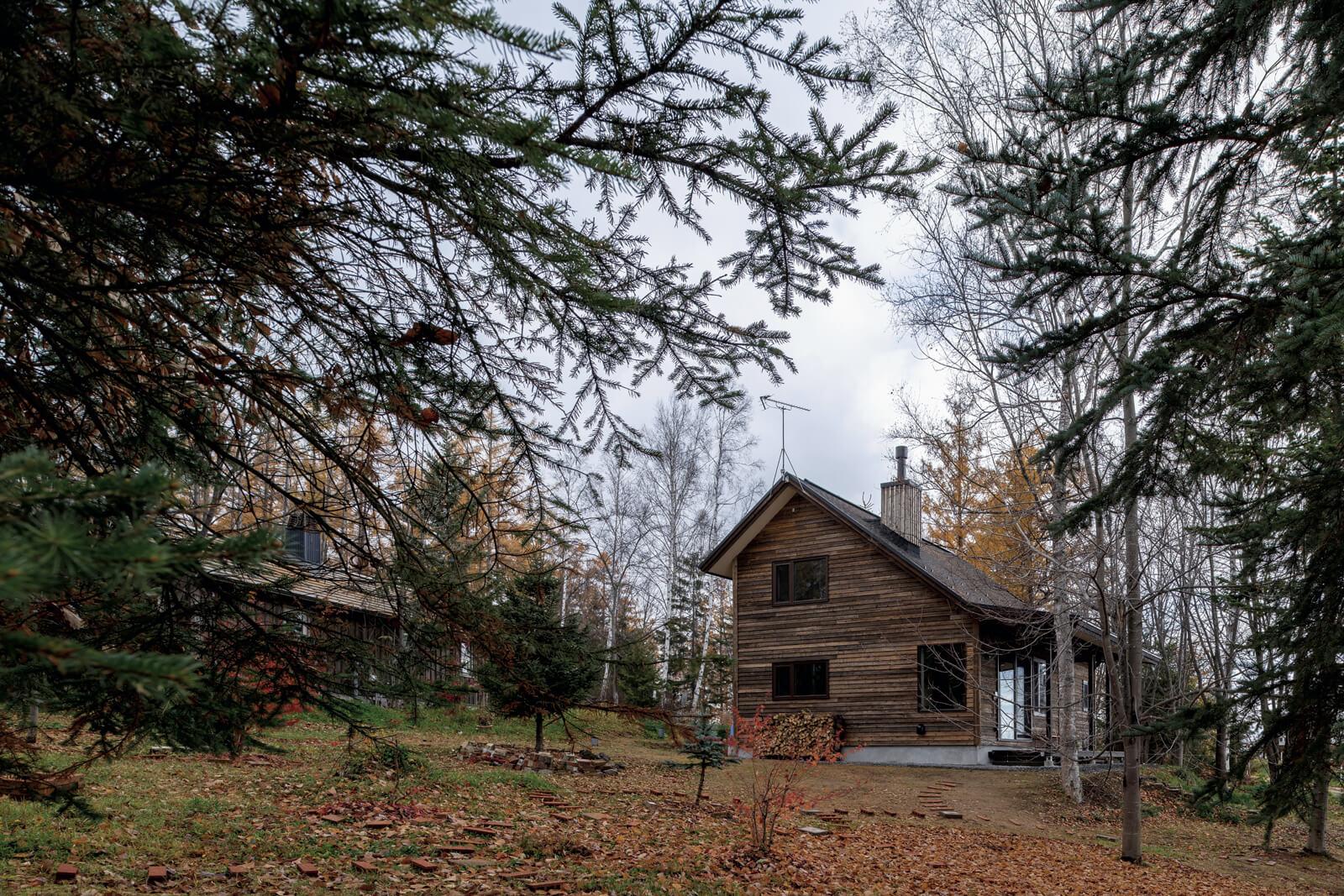 町の中でも、丘の景色と旭岳を眺望できる一等地に建っているSさん宅。広い庭から望むと森の中にひっそりと佇むような雰囲気