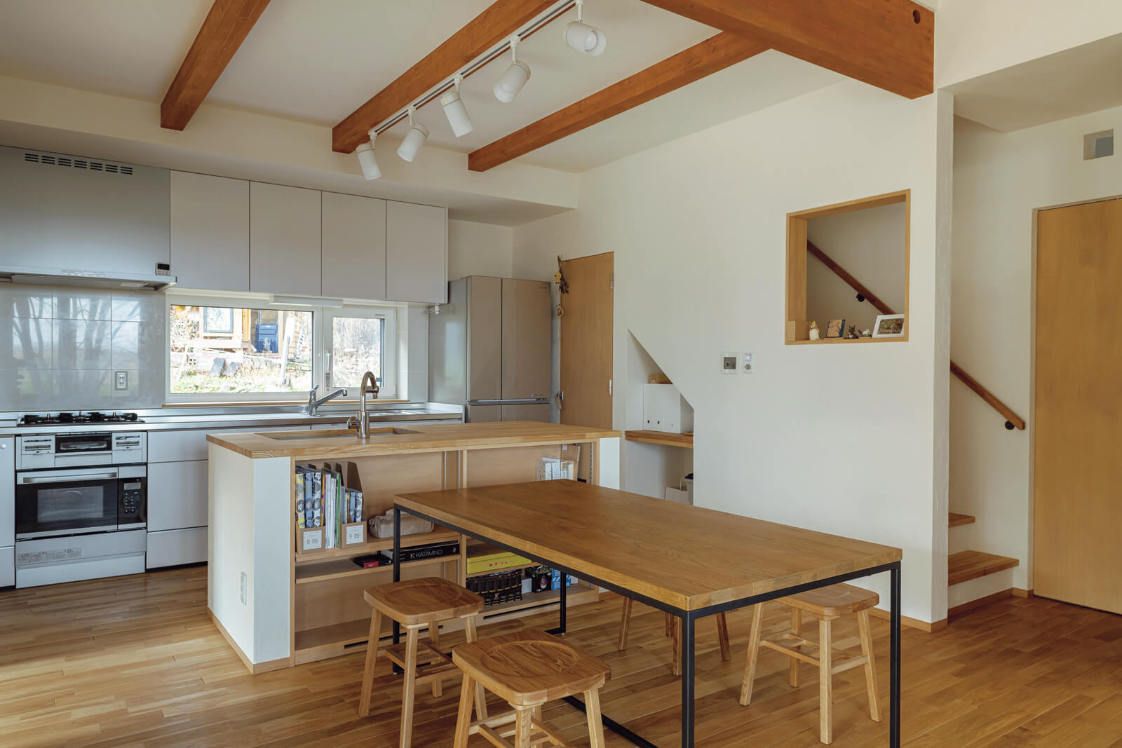 キッチンは、宿泊者と一緒に作業することも想定してシンクを2つに