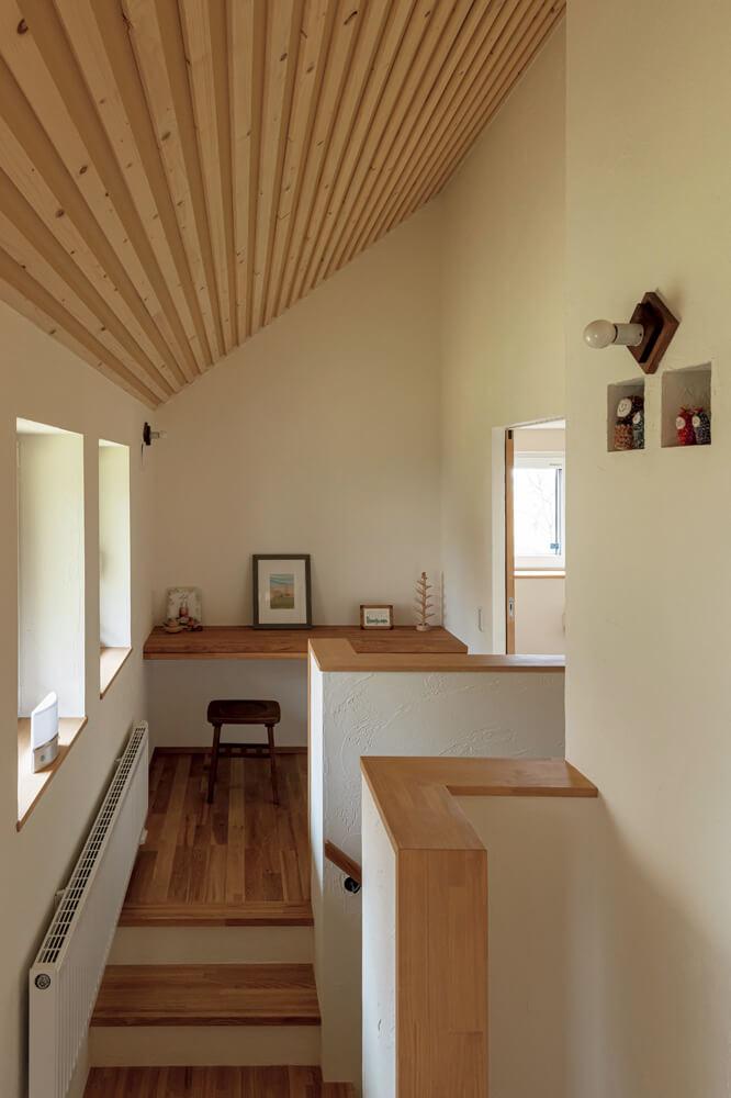 2階は家族や友人のためのゲストスペース。階段踊り場から右側にトイレと洗面台を設えている