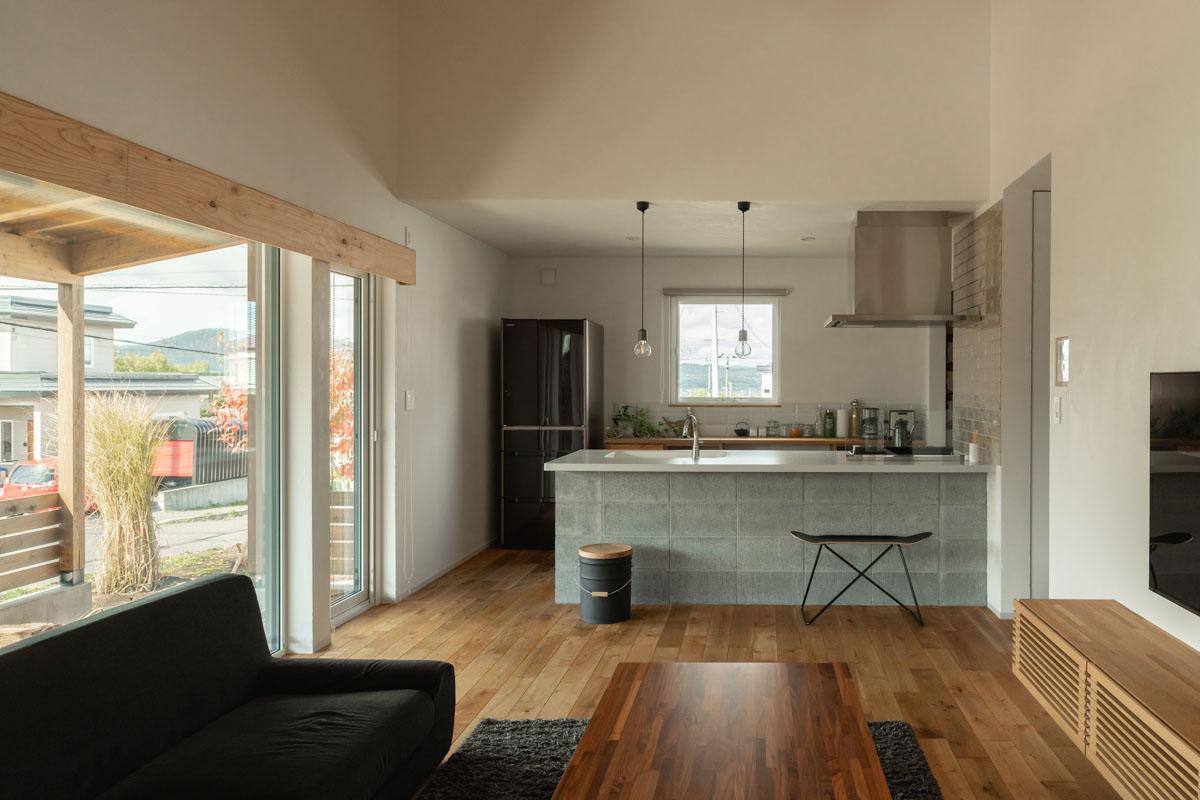今クリードブロックの腰壁が特徴的なキッチンからは、リビングはもちろんお庭まで見渡せる