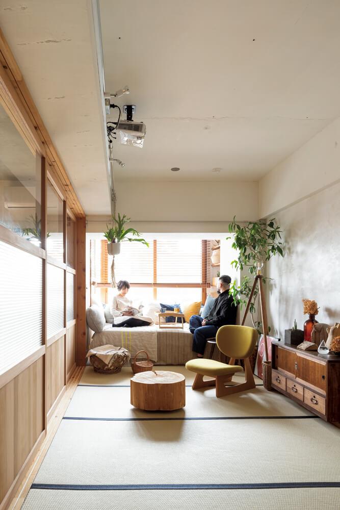 布団を上げれば広く使える和室は、限られた空間を活かすのに効果的。4連の造作建具で閉め切ればプライベート感がぐっと増す。日本の古家具やリネン素材のファブリックなど、和と北欧のテイストがミックスされたインテリアがなんとも心地よい