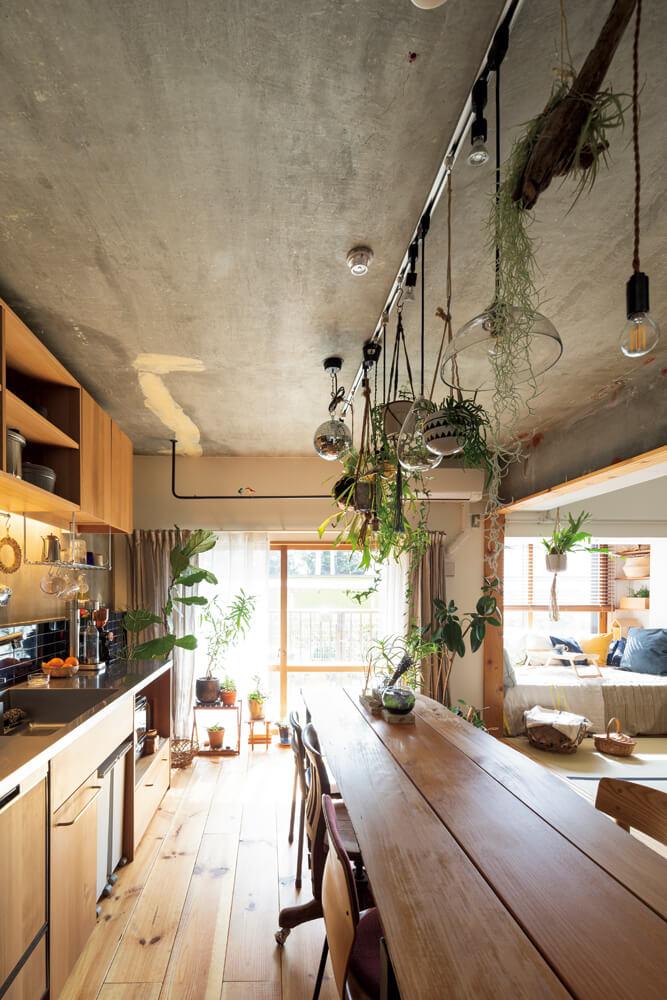 キッチンは、空間を有効活用するためあえて壁付けのレイアウトに。天井のコンクリートに残るパテの跡が、リノベならではの味わいを感じさせる