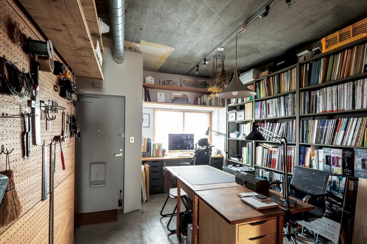 玄関ドアを開けるとすぐ目の前に広がる事務所スペース。土間の床、躯体現しの天井や壁がラスティックな雰囲気を演出