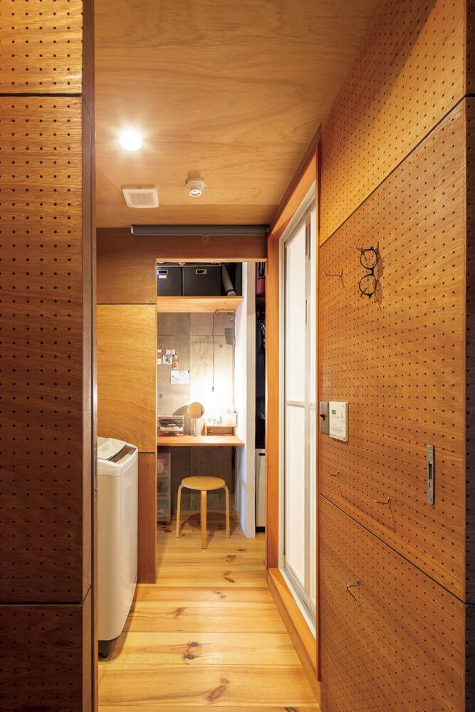 床や外に面する壁の室内側に付加断熱を施したほか、既存の窓の内側にもう1枚、造作の木製サッシを施工して、高い断熱性能を持たせた川上さん宅。回遊性のある間取り、造作のキッチンや洗面化粧台、塗装したラワン材の有孔ボードの使い方など、随所に中古マンションリノベの面白さと建築家ならではのアイデアや工夫が見て取れる