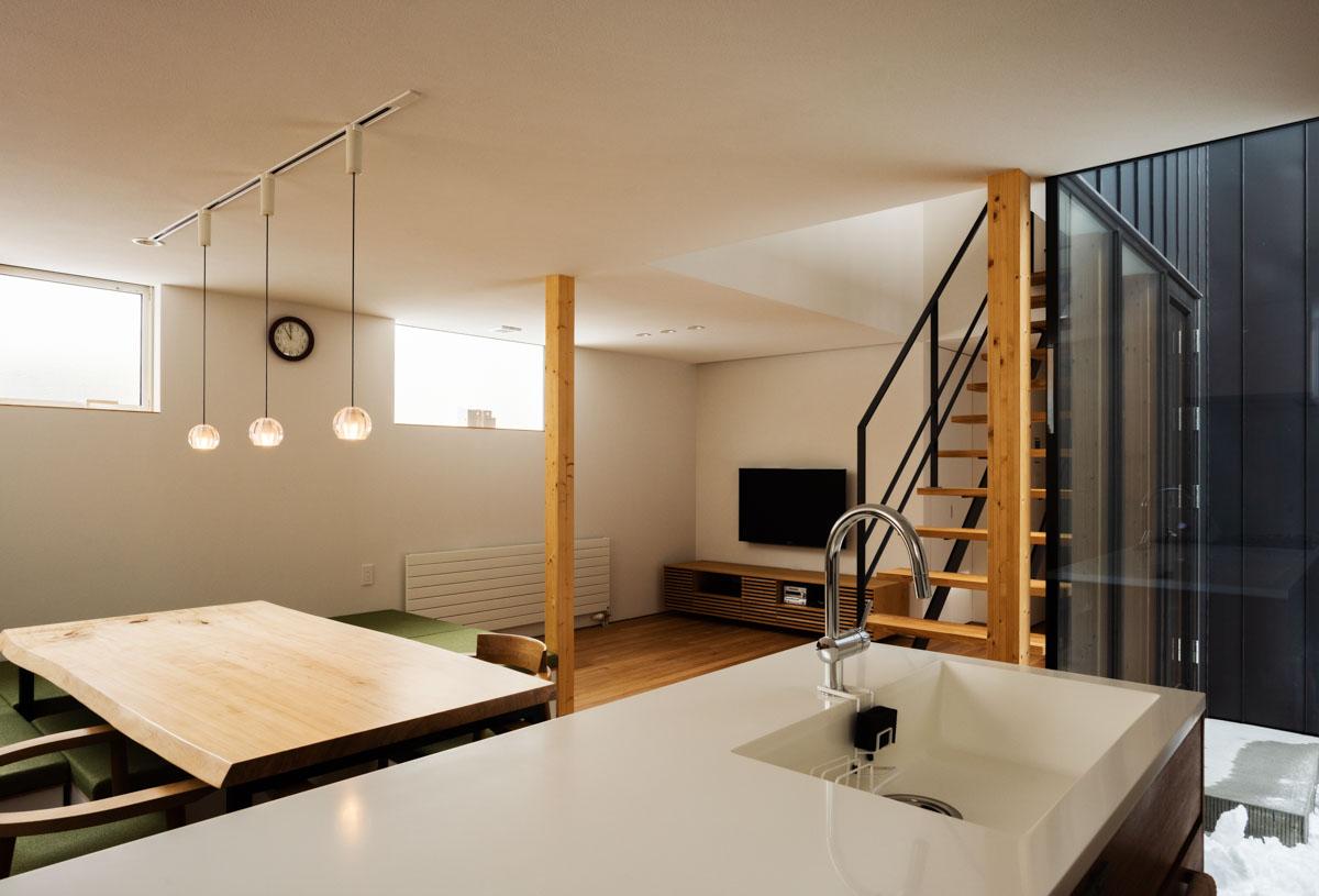 白のキッチンに憧れ、ワークトップはもちろんシンクも人造大理石で白く