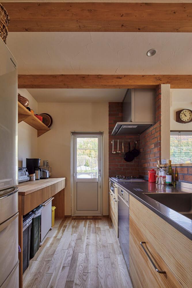 タモとパインを用いた造作背面収納、大容量の食品庫、ミーレの食洗機を採用した使い勝手の良いキッチンは、忙しい奥さんの味方になった