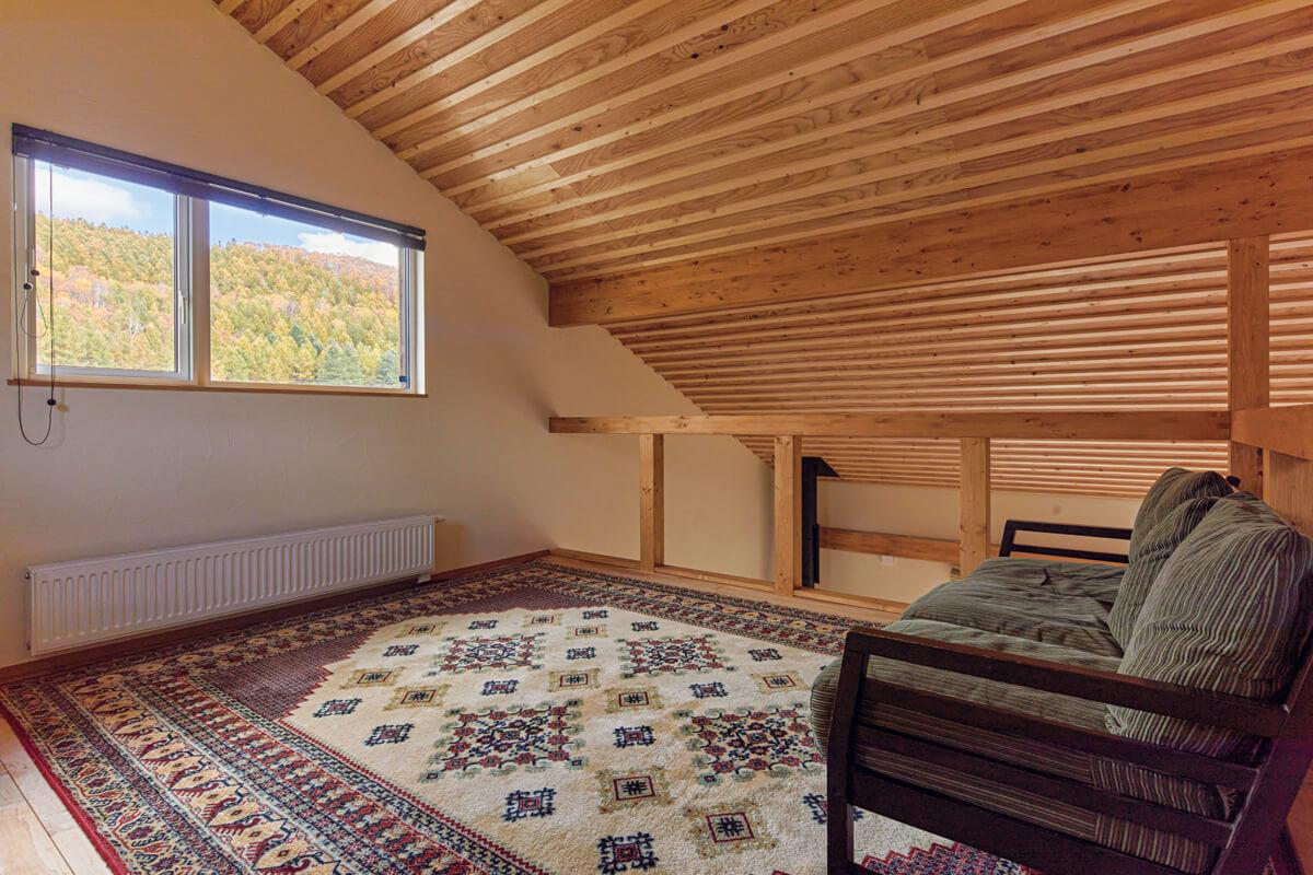 ダイニング・キッチンの上には、窓からご夫妻自慢のトマトのハウスが見えるロフト風のフリースペースを設けた。現在はテレビを置いて、セカンドリビングとして活用している