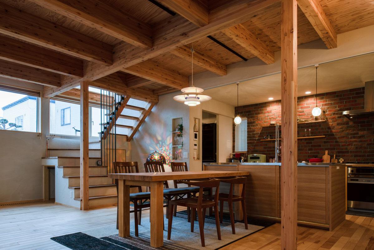 間仕切り壁のない大空間で存在感を放つ対面式キッチン