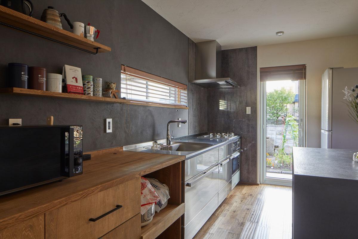 コンパクトなI型の壁付けキッチンとは別に、背面に設えたカウンターがあり使い勝手がいい