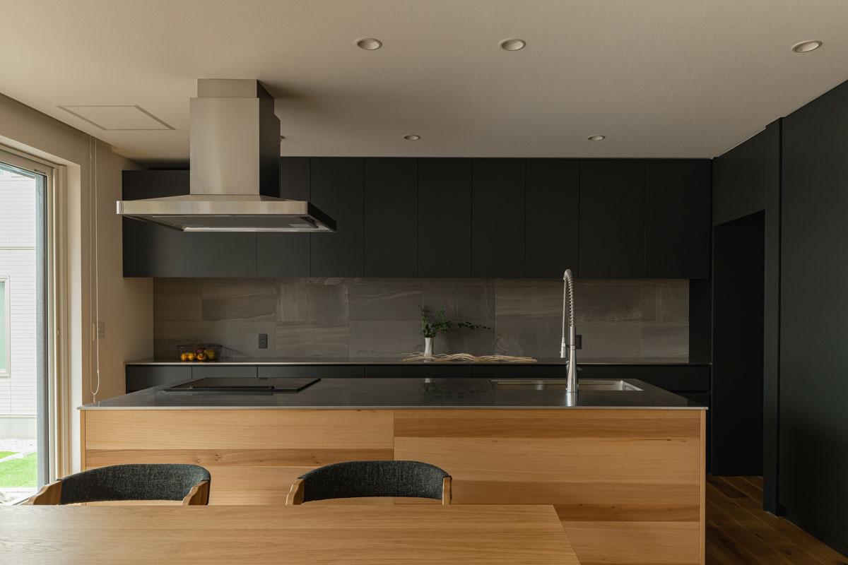 空間に合わせてつくったフルオーダーキッチン。腰壁にはナラの天然木を使った