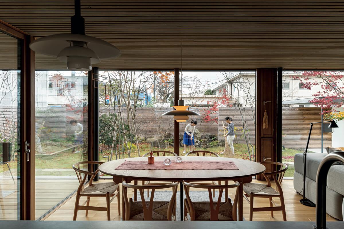 キッチンに立つと、大きな窓から庭全体が見渡せる。景色を楽しむFIX窓、庭に出るための掃き出し窓、換気用の小窓と、目的・用途の異なる窓を組み合わせることで、暮らしの利便性や機能性を高めた。野菜を育てたり、芝の手入れや落ち葉拾いをしたりと、庭を活かした暮らしの楽しみを見出している菊池さんご一家。庭キャンプやテラスでのバーベキューも企画するなど、広くて緑豊かな庭が、おうち時間の楽しみを広げている
