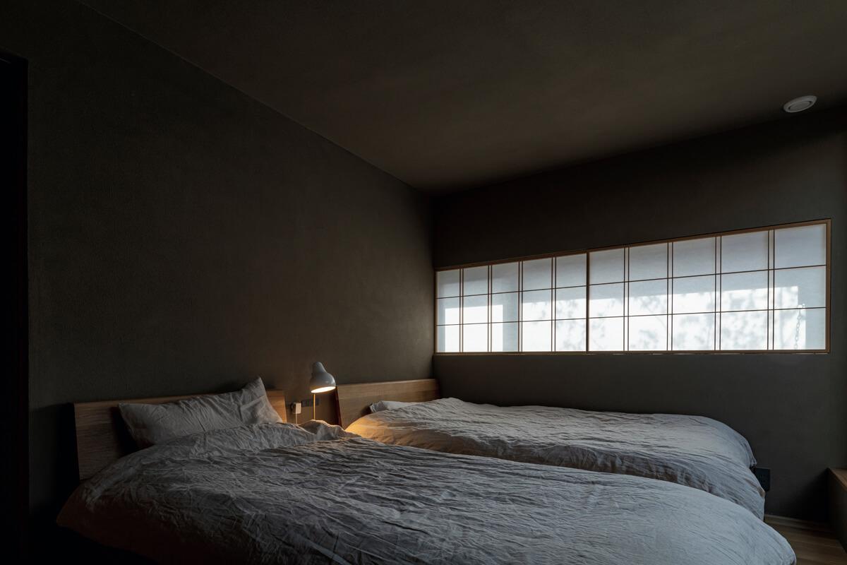 障子越しの陽光や映り込んだ木々の影が趣深い2階の寝室。開放感あふれる1階に対し、2階には内に閉じながら「外」を感じられる工夫がある
