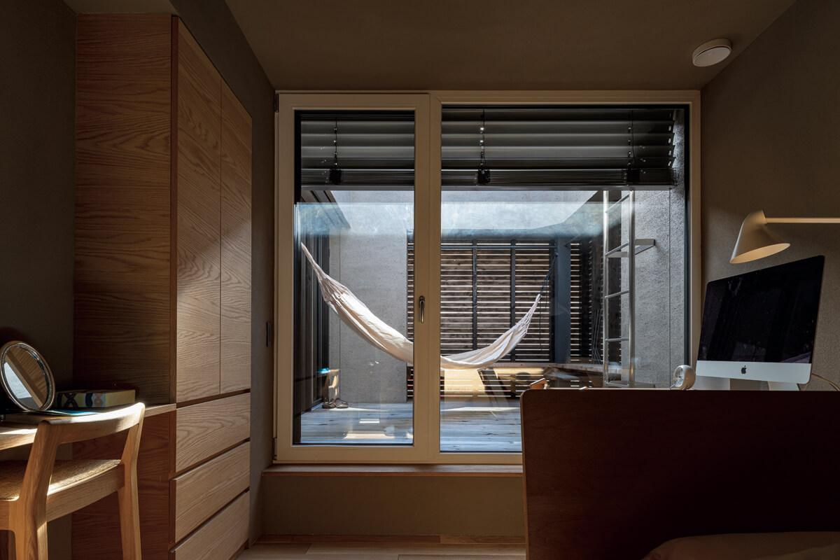 子ども室と寝室の2ヵ所から出入りできる2階テラスは、気分転換に最適。ハンモックに揺られたり、木製ベンチに腰かけたりして、気軽に外の空気を吸うことができる