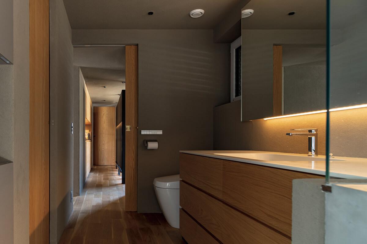 寝室や浴室などの完全なプライベートゾーンは2階に集約。洗面脱衣室の横に洗濯室、その隣に洗濯物をたたむのに便利な和室を設けるなど、家事の効率化を図る工夫も