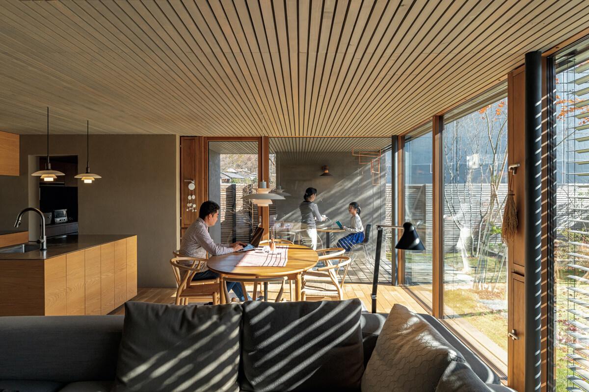インテリア選びは、気持ちいい住環境に欠かせない重要なポイント。奥さんも「永く愛着を持って使える家具や照明を選んだことで空間の魅力が増して、生活がすごく豊かになった感じがします」という。また自然の力を活用した高い住宅性能と24時間熱交換換気システムで、安定した温熱環境を実現。一年を通して心身ともに心地よい暮らしの場となっている