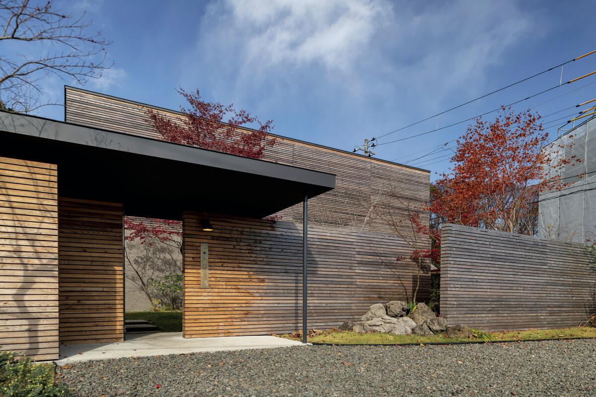 都心部の住宅街という立地では、プライバシーの確保が大きな課題。住まいと統一感を持たせるために、建物の外壁と同様の素材で外塀を立て、植栽を交えながら周囲の視線を遮り、安心感のある住空間を実現している