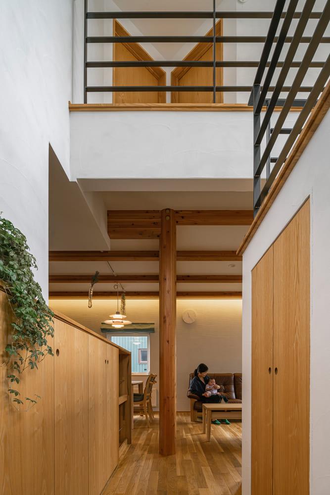 書斎とリビング・ダイニングを結ぶ通路には、両サイドに造作収納を設け、スペースを無駄なく活用。階段下を利用した収納は、容量もたっぷり