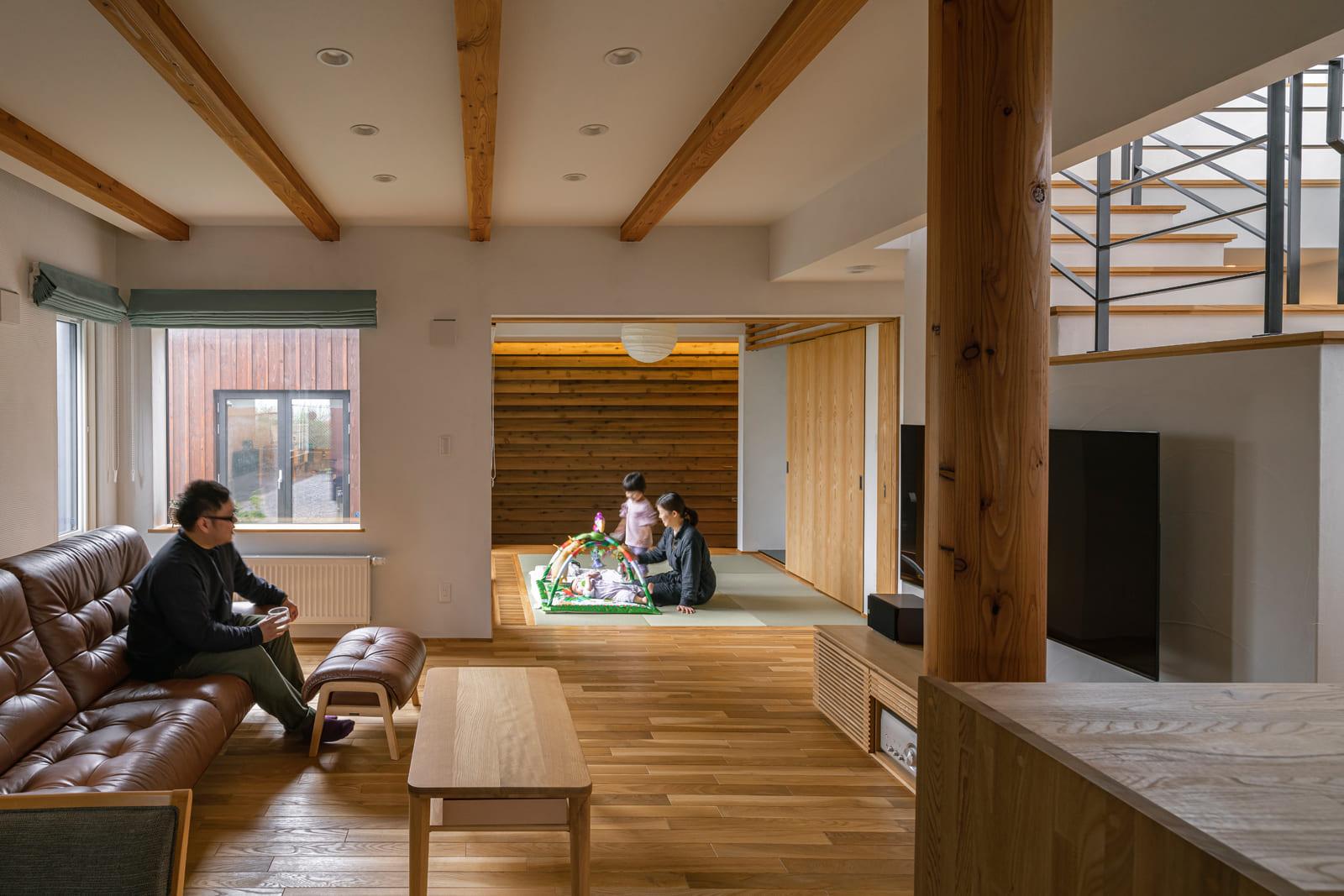 キッチンからは1階フロアが一望できる。自然素材の温もりあふれる室内は、床はナラ無垢材、壁は珪藻土仕上げ