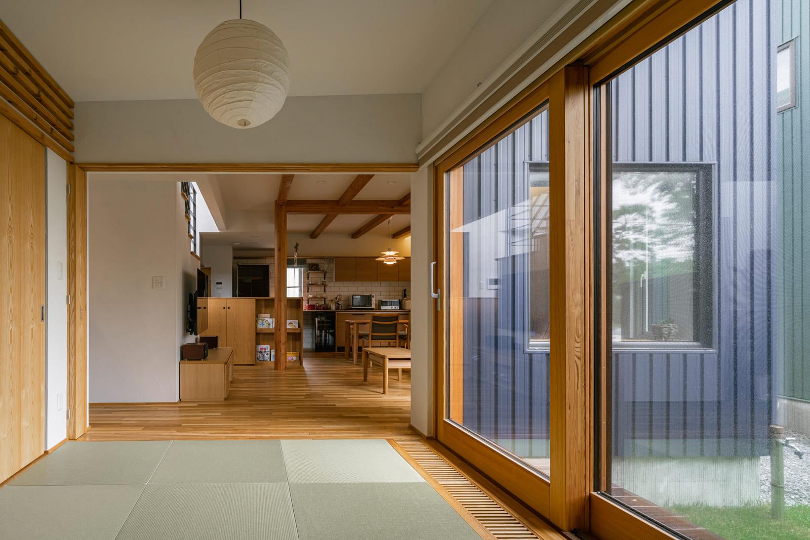 客間や子どもスペースなど多目的に利用できる和室は、リビングと土間の中間に配置。中庭に面して濡れ縁的なデッキも設けられている