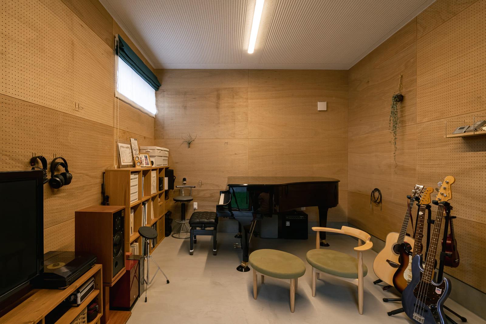 土間とつながる音楽室。天井高は約3mあり、床には床暖房。ご夫妻の願ったとおり、のびのびと音楽を楽しめる環境が整った