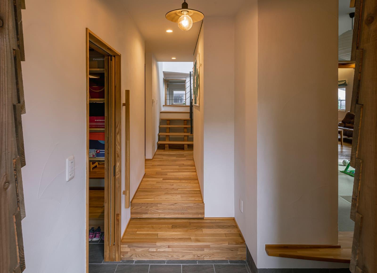 玄関土間は、シューズクローゼット、和室や音楽室、LDK、3方向の動線の起点。室内をぐるりと回れる複数の動線も、延床47坪以上の広さを演出する仕掛けのひとつ