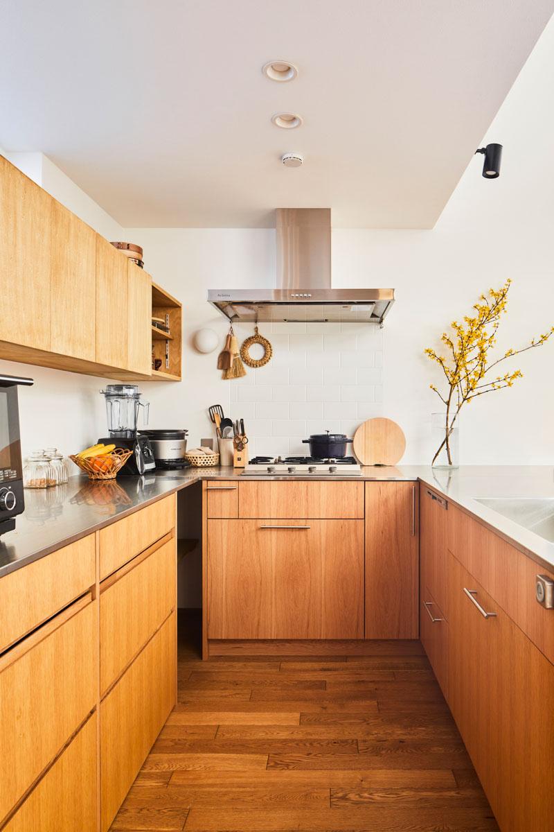 コンパクトながらも使いやすいよう、収納やコンロの位置などをこだわったオーダーメイドのコの字型キッチン