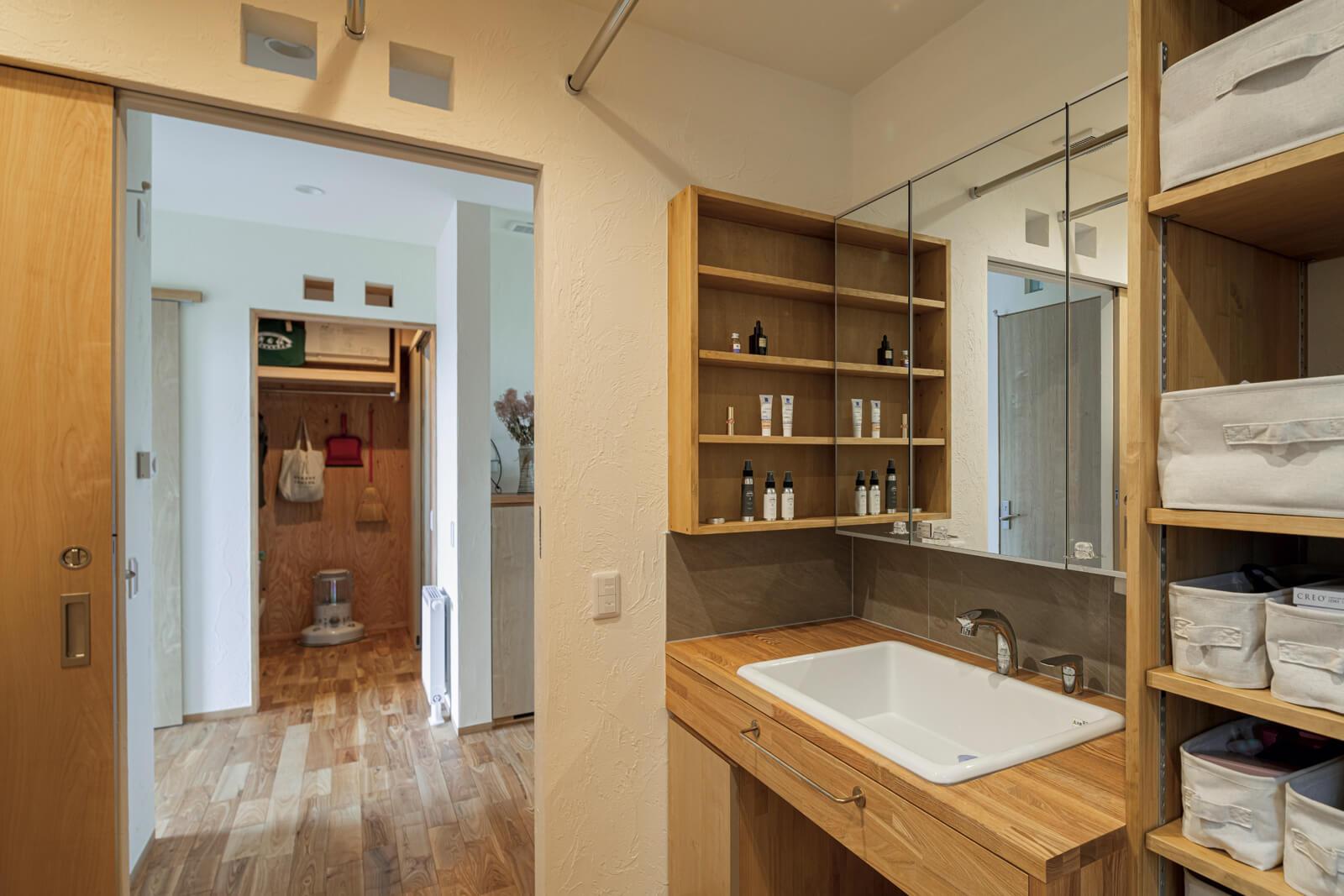 造作の洗面台は二人同時に使用しても圧迫感のない広さで収納力も抜群