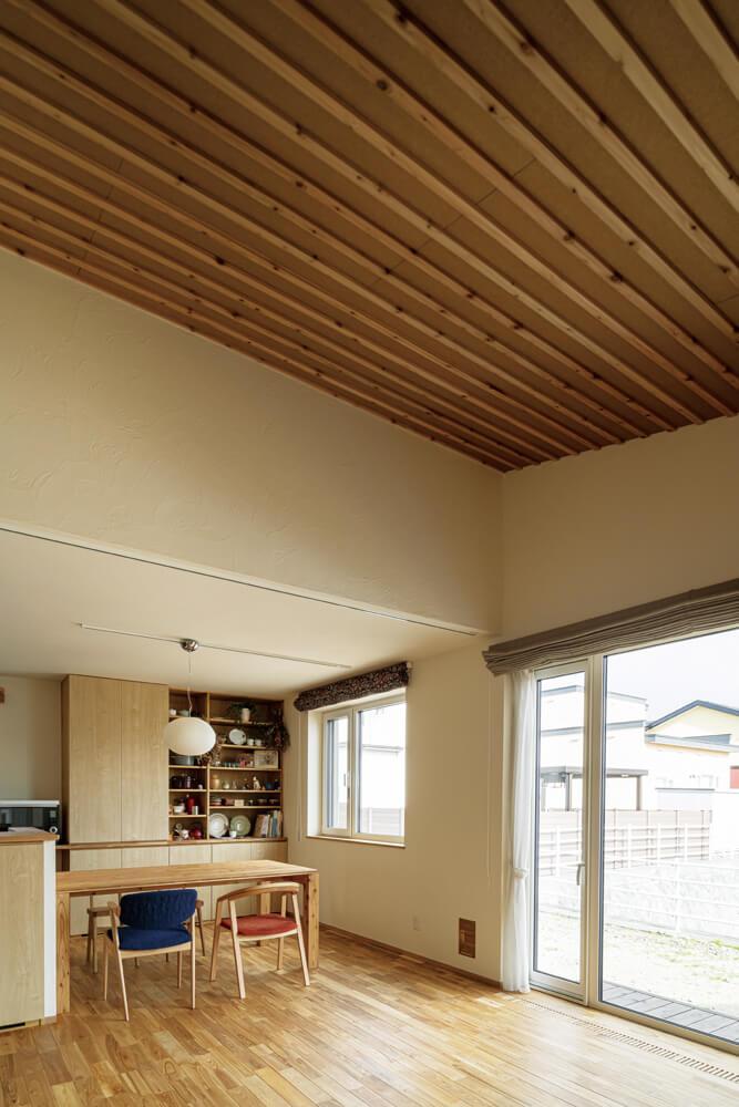こだわりの勾配天井が開放感を生み出すリビングは、南側の大開口からの光で明るい空間