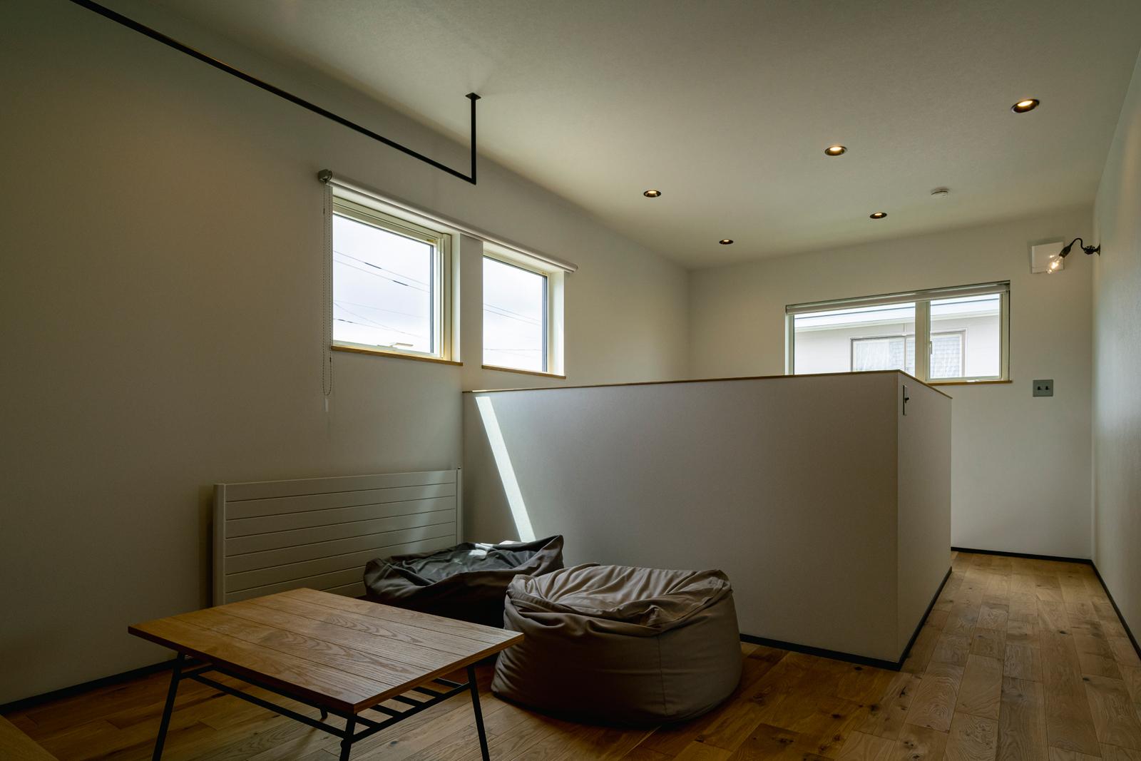 2階のフリースペースにはローテーブル、クッション、テレビを置き、くつろぎのセカンドリビングに