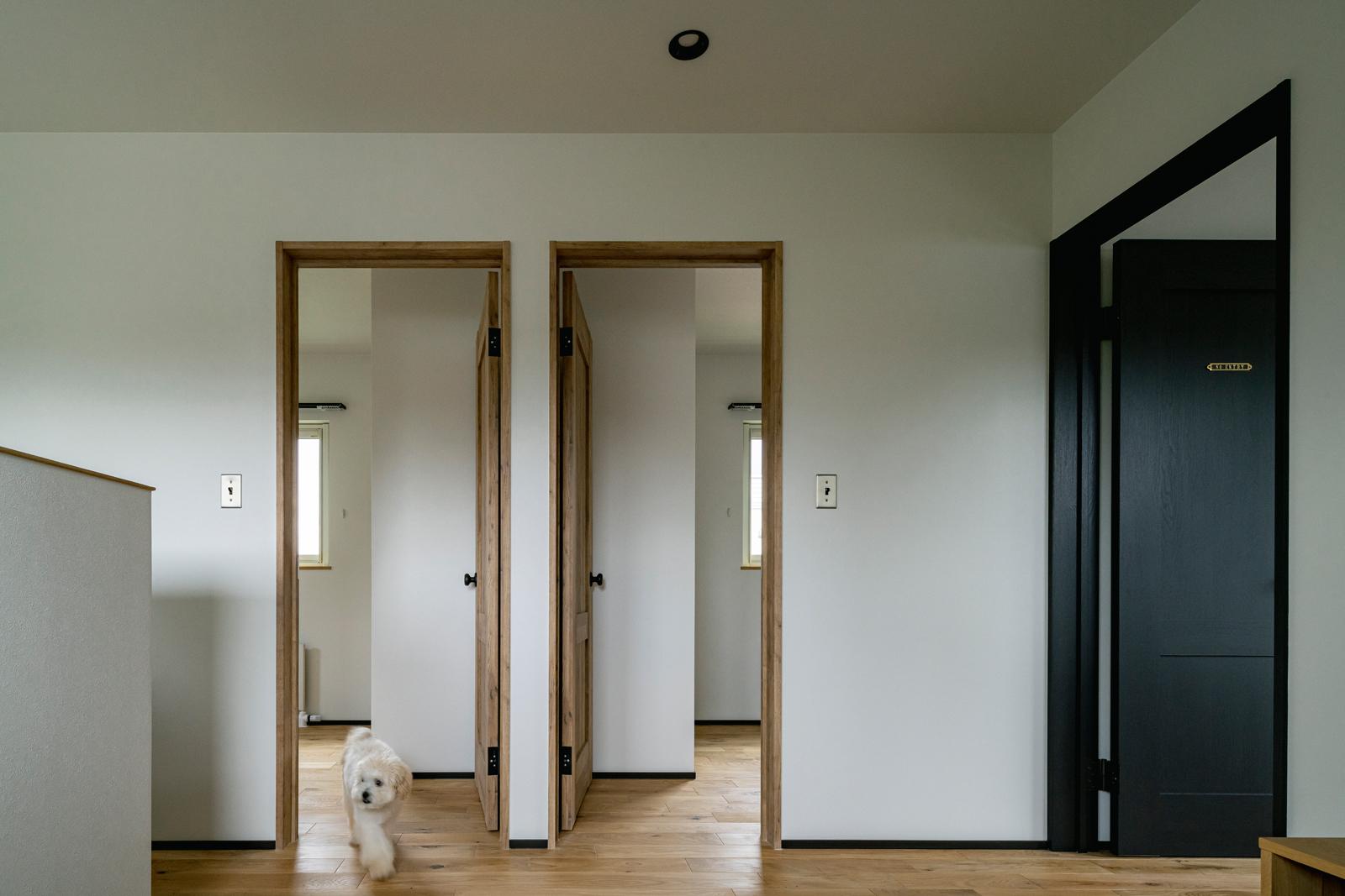 2階には寝室の他2つの個室が備えられ、将来的にもゆとりのある間取りとなっている