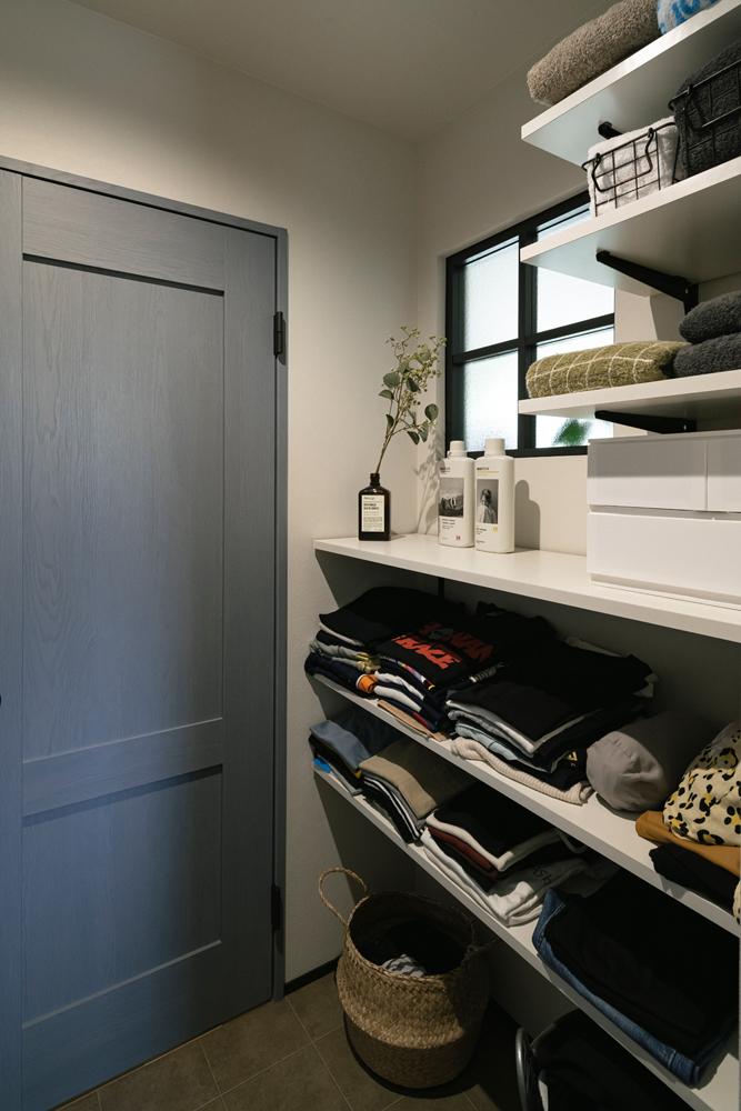 玄関と脱衣室の間に配置したファミリークロークは奥さまの強い要望。「外出時に羽織るものやお風呂上がりに着るものなどを置いておけるので、この位置にあるととても便利です」