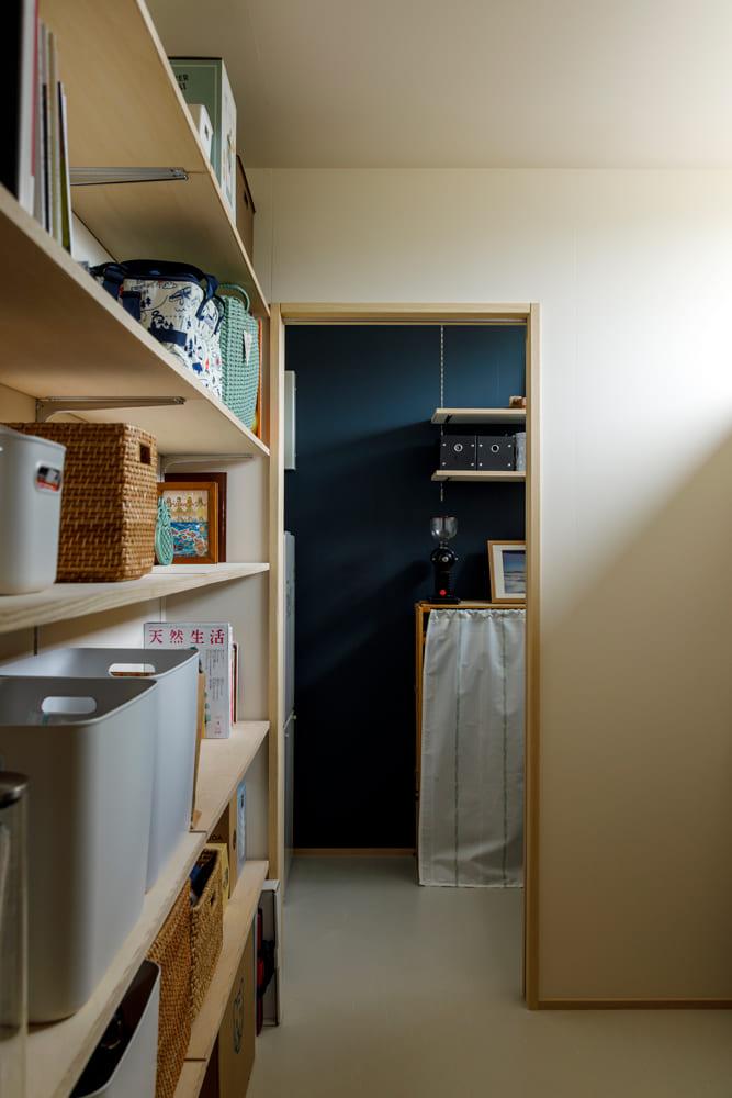 バックヤードの突き当たりは焙煎室。ネイビー系のカラーで落ち着いた雰囲気に