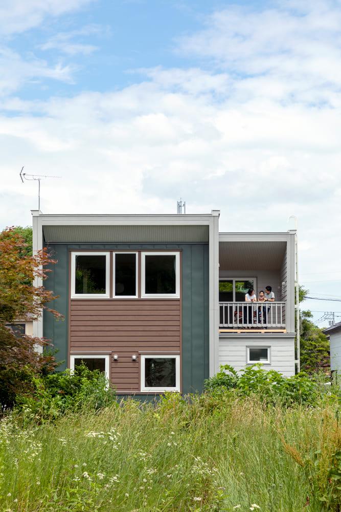 南側から見たMさん宅。スギ板とグリーンの組み合わせが印象的。豊かな緑とよく似合う
