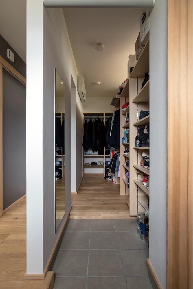 玄関には、奥さんの要望を反映して、家族の靴や上着などをたっぷり収納できるシューズクロークを設置