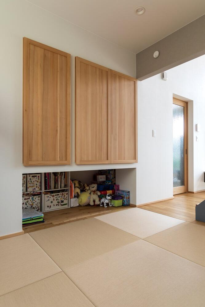 リビングに隣接して、子どものプレイルームや予備室を兼ねた和室を設けた