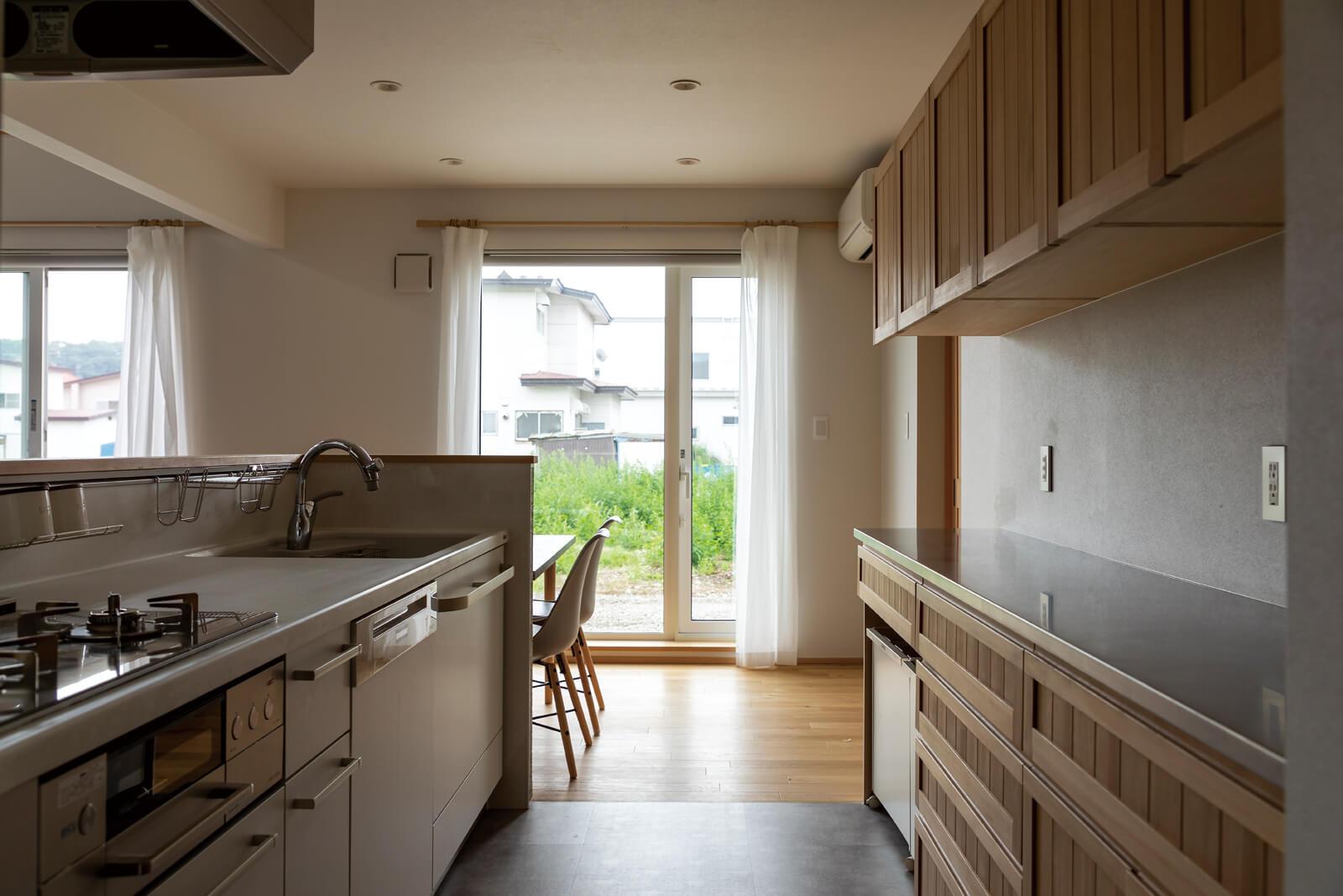 キッチンは庭へ直接アクセスでき、バーベキューの準備や片付けもスムーズ。床は掃除がしやすいフロアタイルを採用