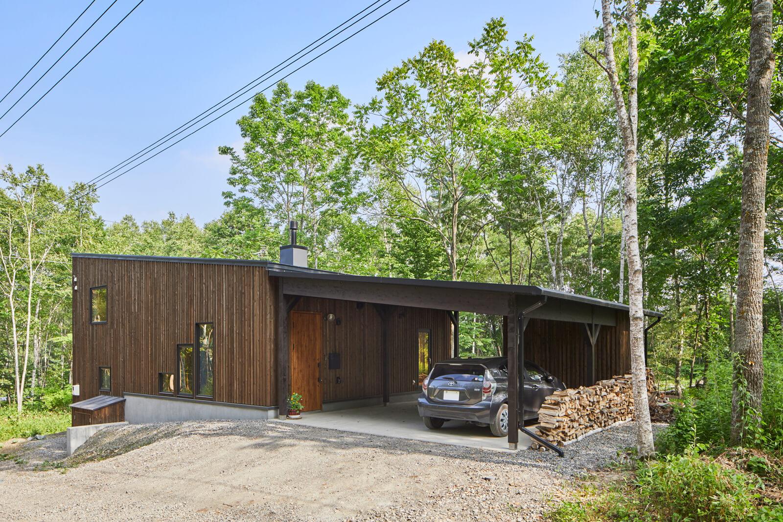 ゆとりある敷地に程よく既存樹を残しながら建てたTさん宅は別荘のような佇まい