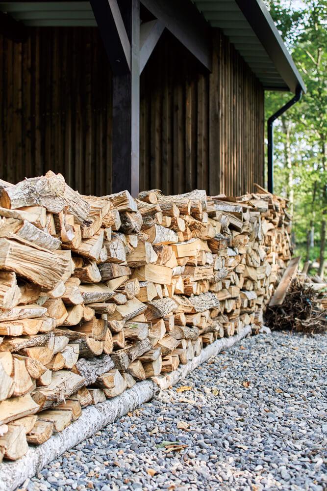 家づくりの過程でやむを得ず伐採した木は、ストーブの薪として活用