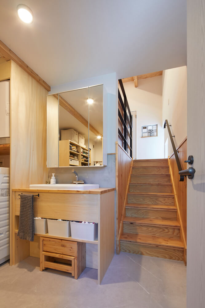 1階にある洗面台は造作仕様で、トイレの手洗い場も兼ねる。子ども用の踏み台は大工の造作