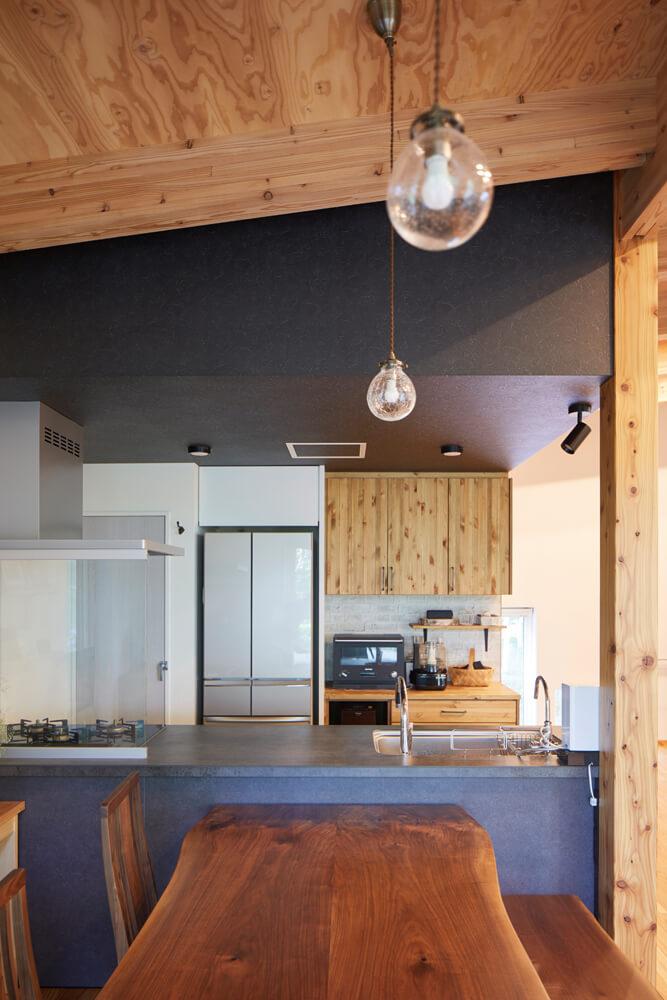 対面式キッチンと一体となったダイニングは、配膳や片付けがスムーズ。ウォールナットのテーブルとベンチは、新築に合わせて材から選んだ特注品