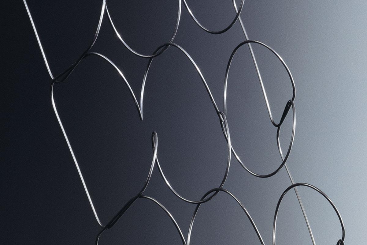 上質で高い伸張性が特徴のスウェーデン鋼を用いた一本の長いスティールワイヤーを相互に接続した「相互接続スプリング」を採用